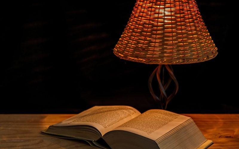 Lámparas de pie indispensables para leer bien
