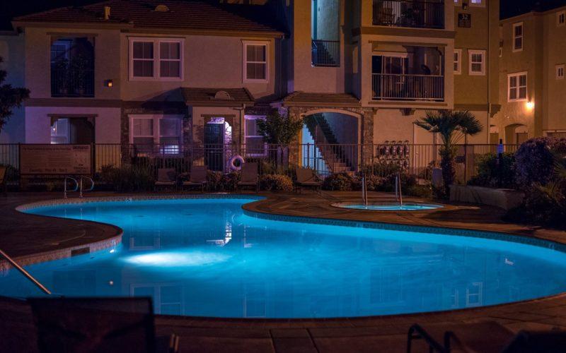 7 ideas para iluminar una piscina