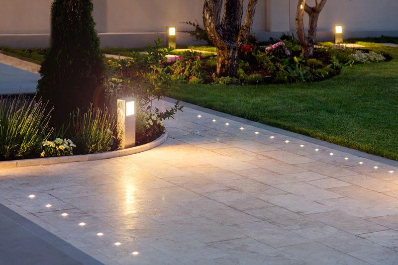 como iluminar un jardín