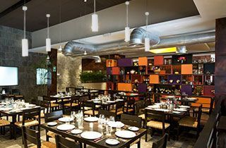 restaurante con decoracion de lamparas colgantes blancas