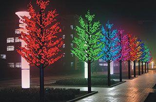 calle residencial iluminada con arboles de led