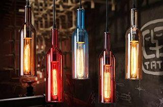 lamparas creadas con botellas de colores y cordones electricos