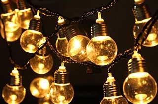 bombillas luz de hada agrupadas y encendidas
