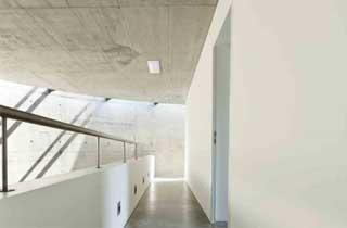 escaleras de evacuación de un edificio con luz de emergencia led