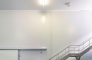 luz de emergencia led en escalera de salida de almacen