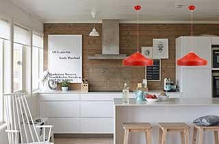 lámpara nórdica escandinava roja en cocina