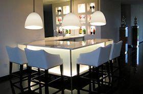 lamparas blancas colgantes en mesa de comedor