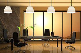 lamparas blancas decorando mesa de oficina