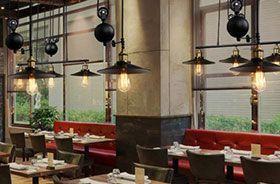 iluminación de restaurante con lámparas de polea