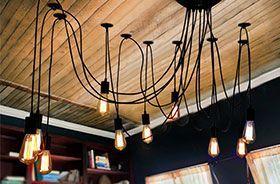 lampara de araña iluminando habitación