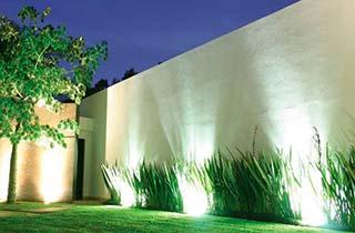 iluminacin de rbol y fachada con una pincho de jardin