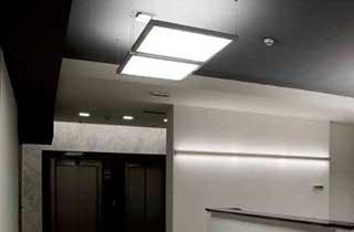Paneles led de 60x30cm colgados del techo en oficinas