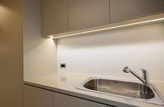 Perfil de tiras led instalado en cocina moderna