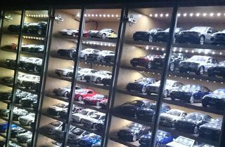vitrinas con coches expuestos iluminados con tiras led