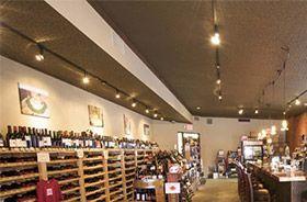 tienda de vino iluminada con proyectores led que resaltan el color natural del producto