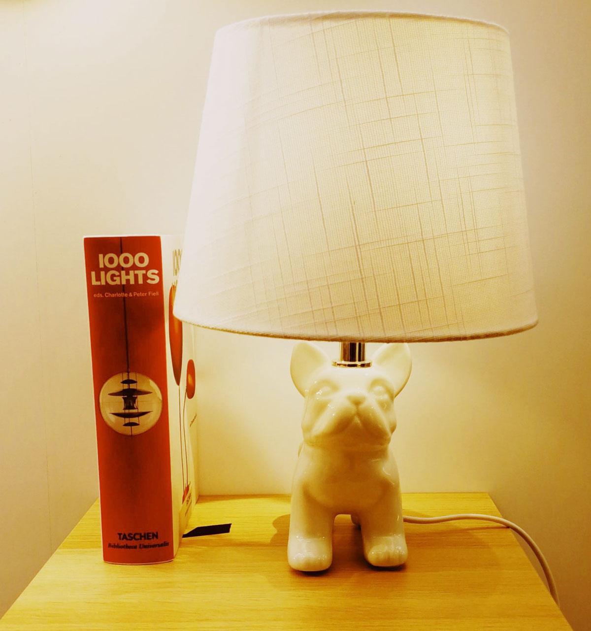 lámpara de mesa con forma perro