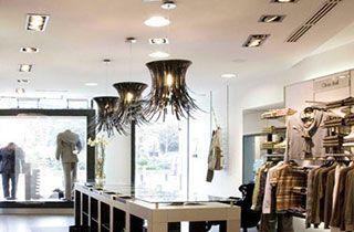 tienda de ropa iluminada con kardans y bombillas qr111