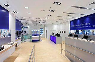 tienda de tecnología y electrónica iluminada con focos Qr111 montados en kardans