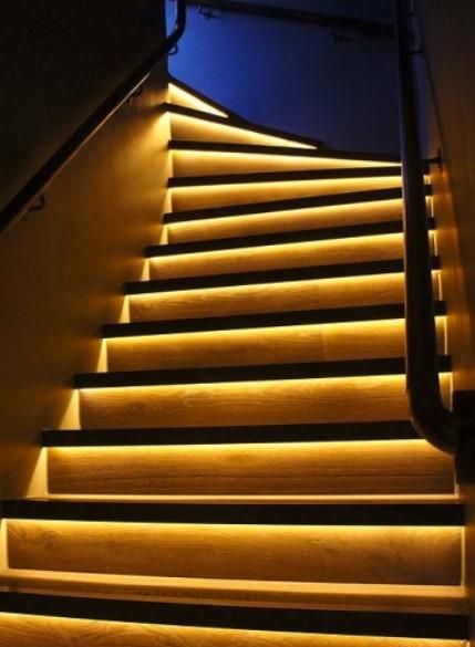 Fitas de LED para decoras as escadas