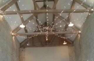 iluminación sutil del techo con guirnaldas de luces