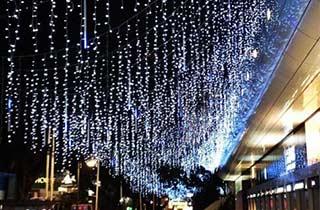 7ed9f23ddaf Iluminación LED del tipo cascada decorando una calle ...