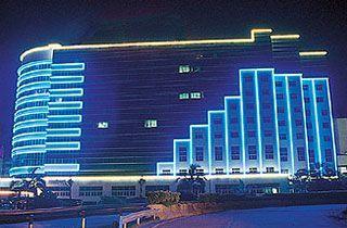 neon led en exteriores de un hotel