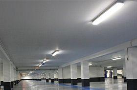 luminarias estancas iluminando un parking